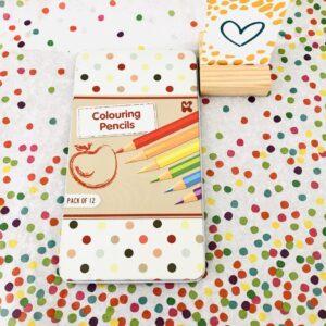 12 mooie kleurpotloden in een blikken verpakking.