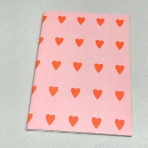 Schriftje A5 `Happy` Roze met neon hartjes