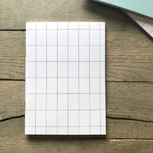 Schriftje A5 `grid` lichtroze met blauw streepje
