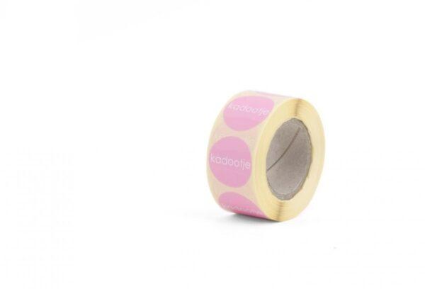 Sticker, rond 30mm, `Kadootje` Baby roze ( per 10 stuks )