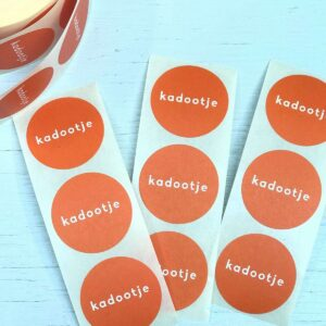 Sticker, rond 30mm, `Kadootje` orange oranje ( per 10 stuks )