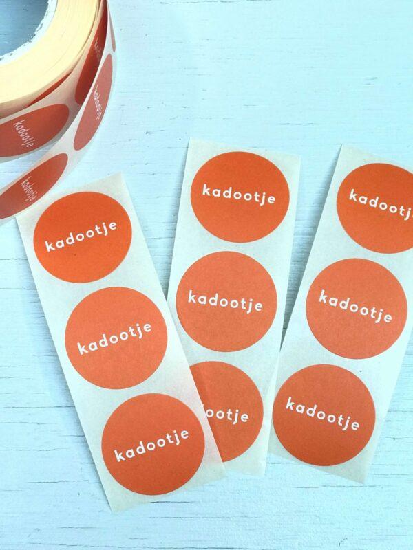 Sticker, rond 30mm, `Kadootje` orange oranje ( per 10 stuks )
