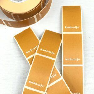 Stickers, 3cm x 5xm , Kadootje Caramel : oker ( per 10 stuks )