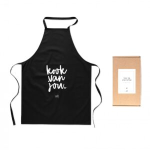 Schort met tekst 'Kook van jou' Mooi zwart katoenen keukenschort met tekst' Kook van jou' in witte letters. Dit schort wordt geleverd in een cadeauverpakking met tekst 'Voor de liefste .... '. Perfect cadeau voor Valentijn, moederdag, vaderdag of gewoon zomaar! Aan welke keukenprins of prinses geeft jij dit schort cadeau? Het formaat van het schort is 65x 90 cm.